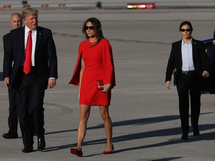 Đệ nhất phu nhân cùng chồng sải bước trên đường băng bên cạnh các nhân viên mật vụ. Ảnh: Getty