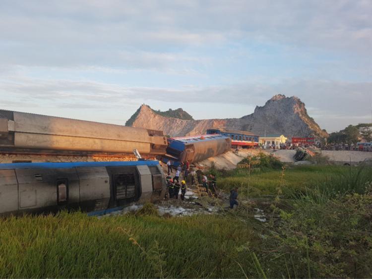 Hiện trường vụ lật tàu hỏa làm gần 10 người thương vong ở huyện Tĩnh Gia.Ảnh: Vnexpress.