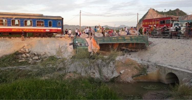 Chiếc xe chở đá bị hất văng khỏi đường ngang dân sinh. Ảnh: Vnexpress.