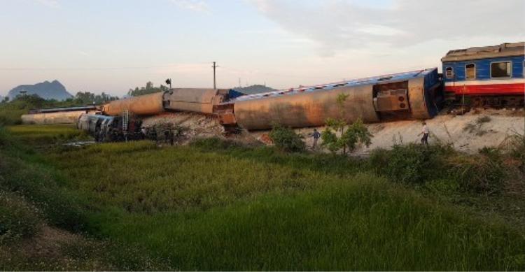 Vụ tai nạn khiến đầu tàu và 7 toa khác bị lật. Ảnh: Vnexpress.