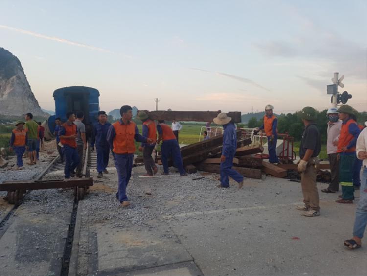 Các công nhân ngành đường sắt đã đưa vật tư thiết bị đến khắc phục hậu quả vụ tai nạn để thông tuyến trong thời gian sớm nhất. Ảnh: Báo Giao thông.