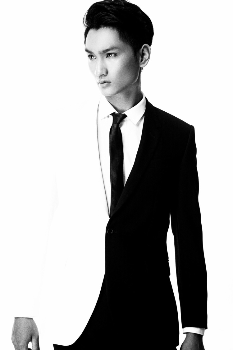 Huy Quang có chiều cao ấn tượng 1m88 cùng gương mặt ăn ảnh, đẹp ở mọi góc nhìn. Huy Quang từng xuất hiện trên poster show diễn Thu - Đông 2015 của Đỗ Mạnh Cường.