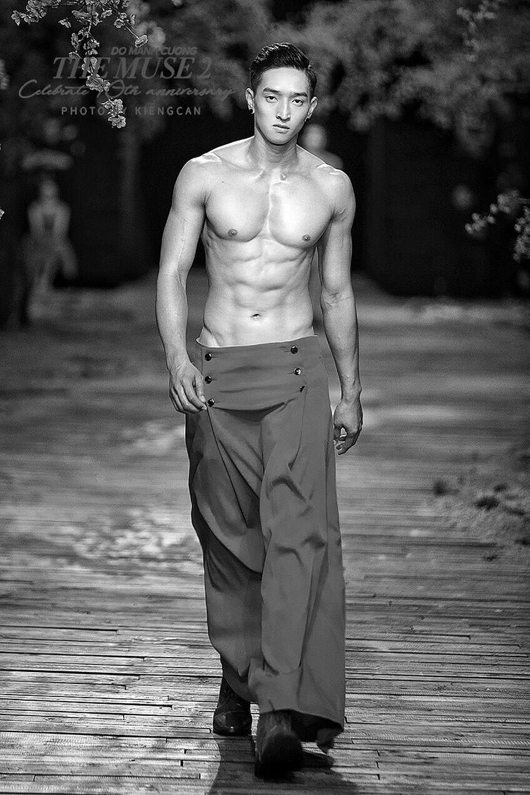 Lê Thành Long sở hữu chiều cao ấn tượng, thân hình sáu múi đáng mơ ước của người mẫu nam. Chàng trai này sở hữu gương mặt góc cạnh, với những đường nét lạ.
