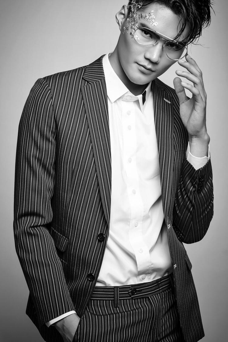 Với những khán giả truyền hình, Quang Hùng không còn là cái tên xa lạ. Anh là quán quân nam đầu tiên của Vietnam's Next Top Model, mùa 2014. Quang Hùng cao 1m86, có gương mặt điển trai, thư sinh cùng đôi chân dài thẳng.