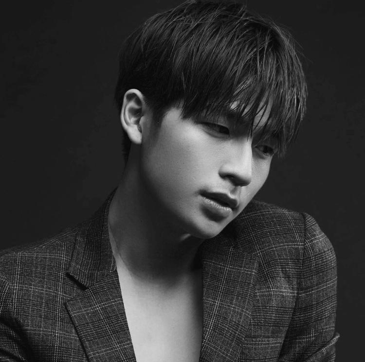 """Trần Quốc Anh đang là một hot boy được giới trẻ yêu thích với vẻ ngoài lãng tử, mắt một tí tựa như tài tử Hàn Quốc. Gần đây, chàng trai này """"gây sốt"""" khi xuất hiện trong MV Rời bỏ của nữ ca sĩ Hoà Minzy."""