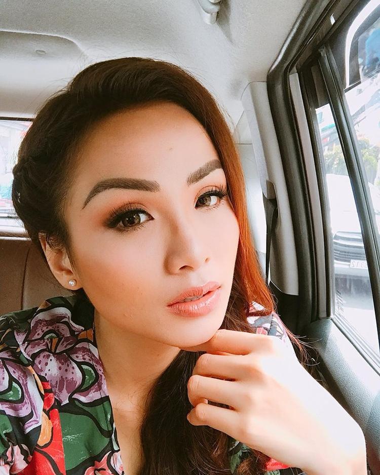 Với nhan sắc rạng ngời tươi tắn như Diễm Hương, cô nên chọn kiểu lông mày thanh tú hơn.