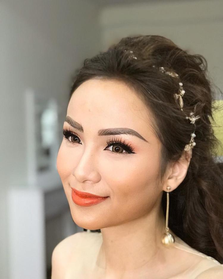 Đối với một gương mặt tròn đầy phúc hậu như Diễm Hương thì cặp lông mày cá tính mạnh như thế này là hoàn toàn không phù hợp.