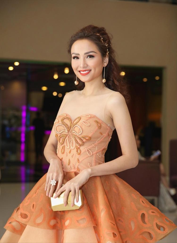 """Bên cạnh việc chọn váy áo, thay đổi kiểu tóc, Diễm Hương cũng nên chú ý vào hàng lông mày quá """"phô trương"""" trên gương mặt kia."""