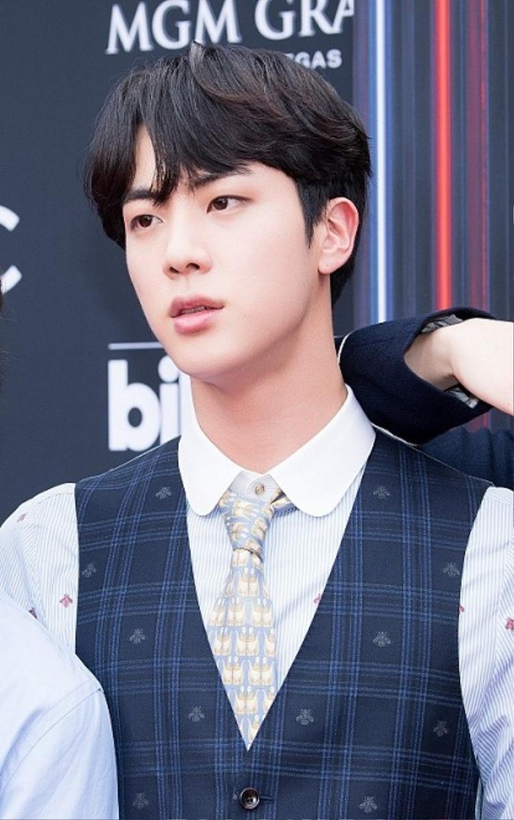 Vẻ đẹp xuất thần của Jin BTS gây bão cộng đồng mạng tại Billboard Music Awards 2018