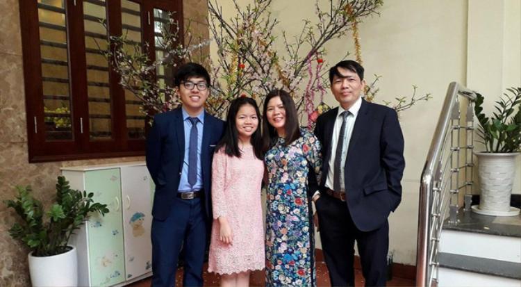 Mạnh Linh bên gia đình.