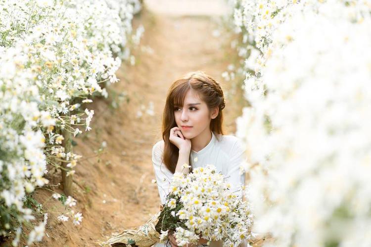 Nữ sinh trường Báo có nét đẹp như con lai với làn da trắng, đôi mắt sâu và sống mũi cao thanh tú