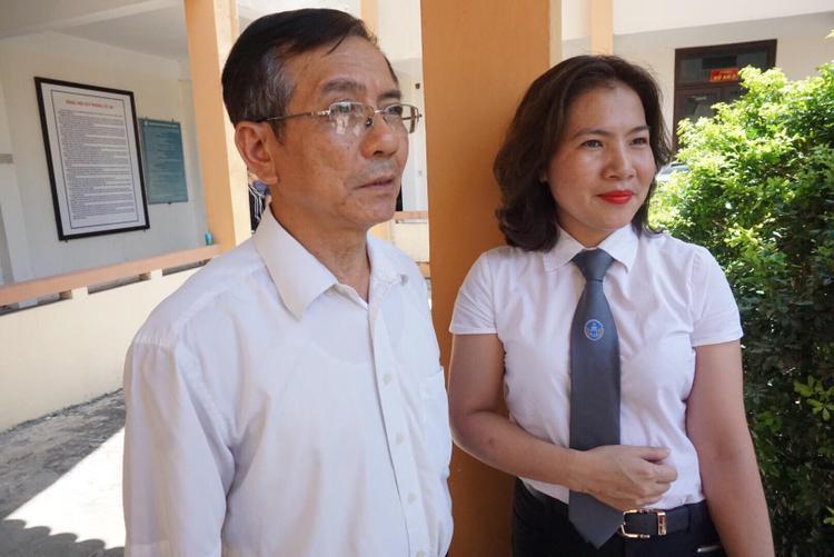 Bà Đinh Hương đứng cạnh ông Tính (người nhà nạn nhân).
