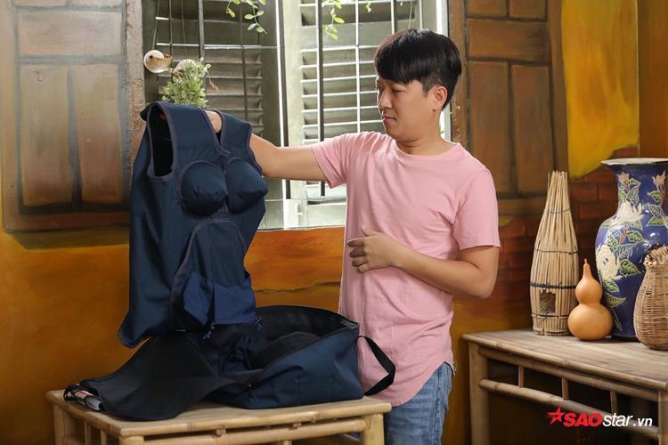 Trường Giang có khoảng thời gian tự trải nghiệm áo bầu tại cửa hàng của mình.