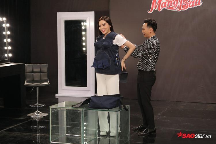 Kỳ Duyên được MC Thành Trung tận tình hỗ trợ mặc áo bầu.