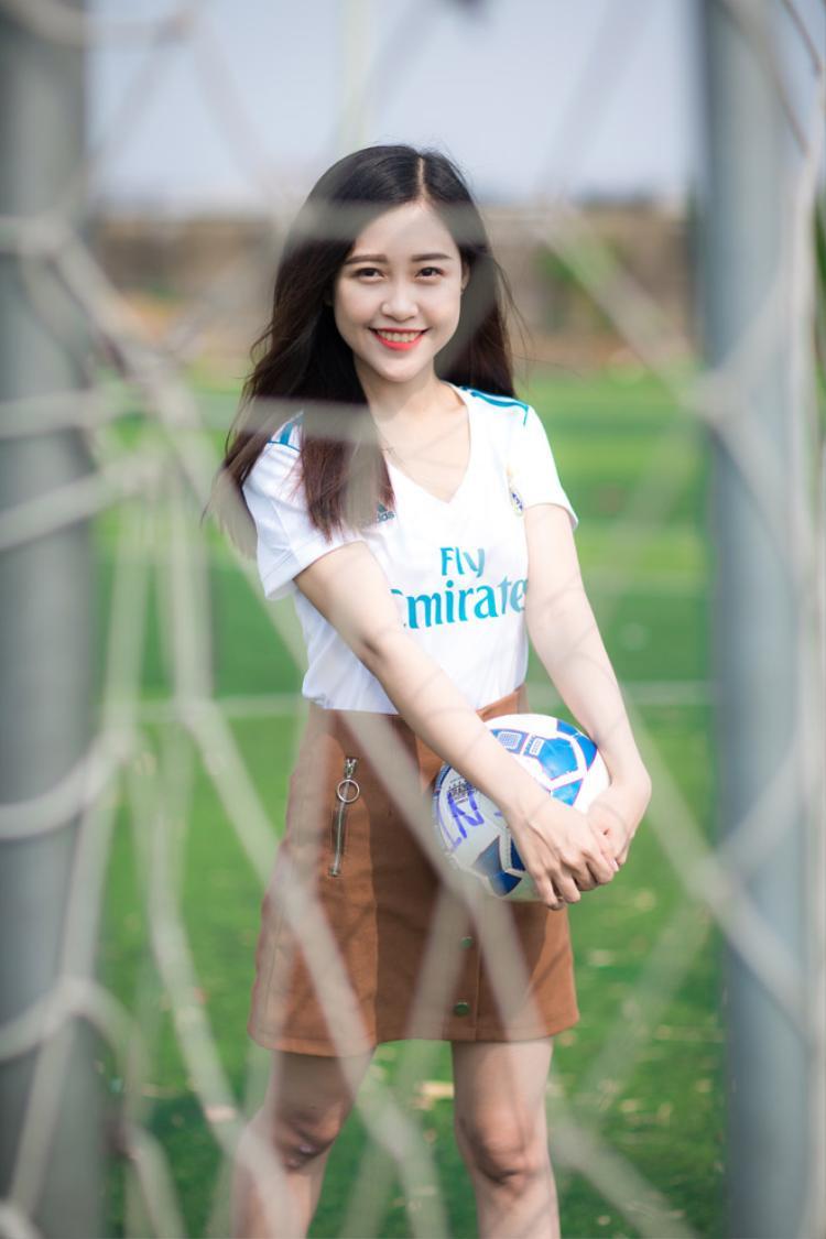 Tháng 4 vừa qua, trên nhiều fanpage bóng đá đang lan truyền chóng mặt hình ảnh một cô gái xinh đẹp với gương mặt bầu bĩnh, đáng yêu khoác lên mình màu áo kền kền trắng. Hot girl fan Real Madrid nhanh chóng được cộng đồng mạng tìm ra chính là Trần Nhật Oanh, sinh năm 1993, thành viên kỳ cựu của Hội cổ động viên Real tại Sài Gòn (RFCSG). Cô nàng hiện đang là sinh viên ngành QHCC - PR và Tổ chức sự kiện tại Cao đẳng thực hành FPT Polytechnic.