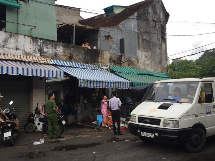 Thi thể nạn nhân được đưa về nhà xác phục vụ công tác điều tra.