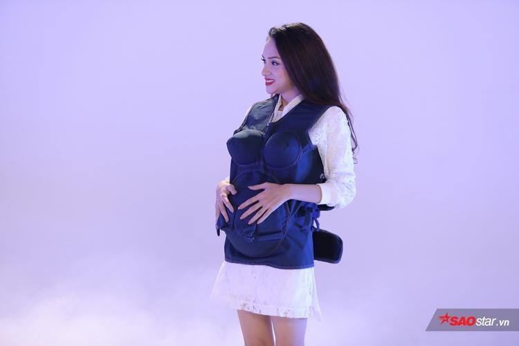 Đây là biểu cảm của Hương Giang khi lần đầu tiên trong đời bị em bé đạp