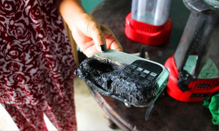 Radio bị cháy rụi tại nhà bà Lượng. Ảnh: Hoàng Nam.