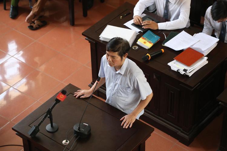 Lần đầu tiên ông Thắng xuất hiện tại tòa.