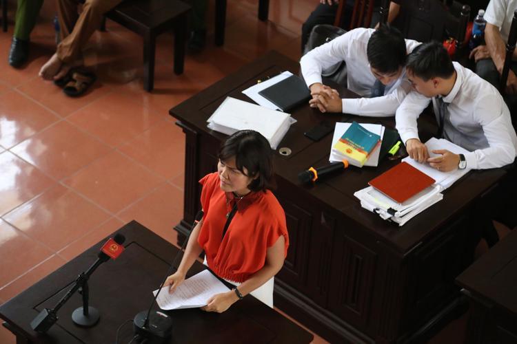 Bà Thúy trả lời chất vấn tại tòa.