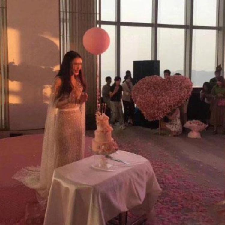 Cô gái xinh đẹp như nữ hoàng đứng bên cạnh trái tim tiền do người yêu chuẩn bị. Ảnh:Shanghaiist