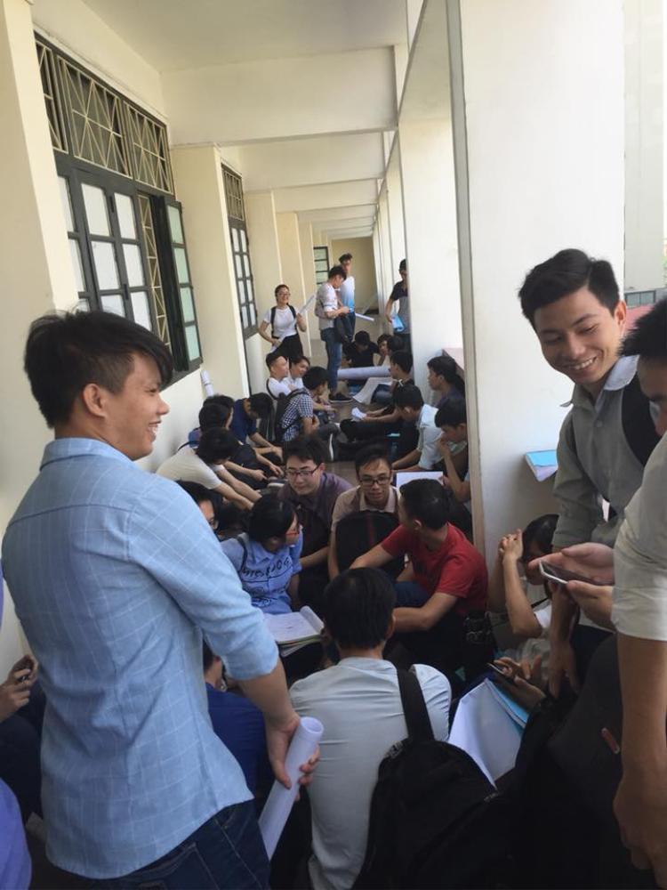 Thậm chí vẫn phải ngồi vật vạ ngoài hành lang lớp học trong 'Ngày thông đồ án'