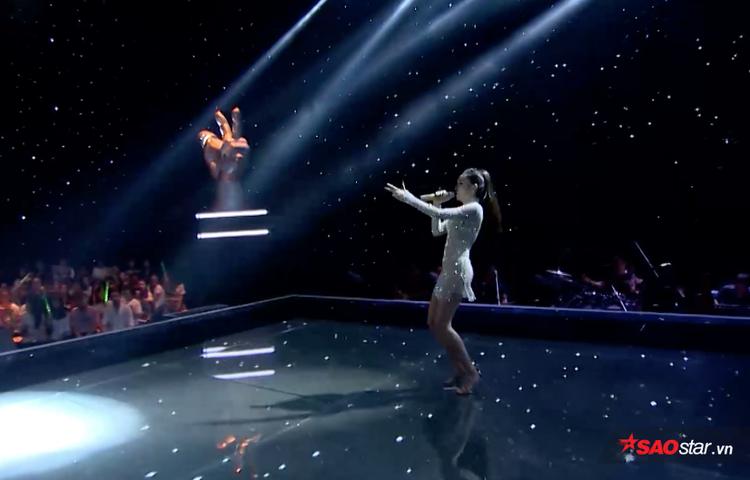 Phong cách biểu diễn sôi động và tự tin trên sân khấu của Lưu Hiền Trinh.
