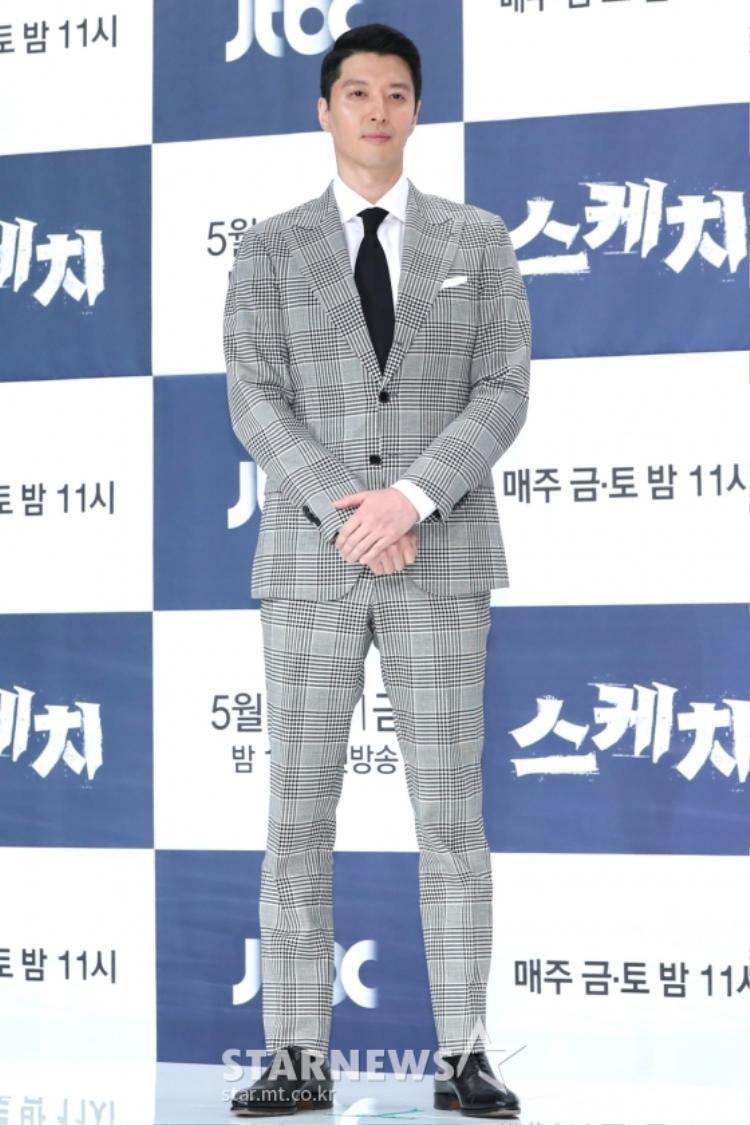 Trong khi đó, tài tử Lee Dong Gun (chồng kiều nữ Jo Yoon Hee) cũng không thua kém Bi Rain là bao.