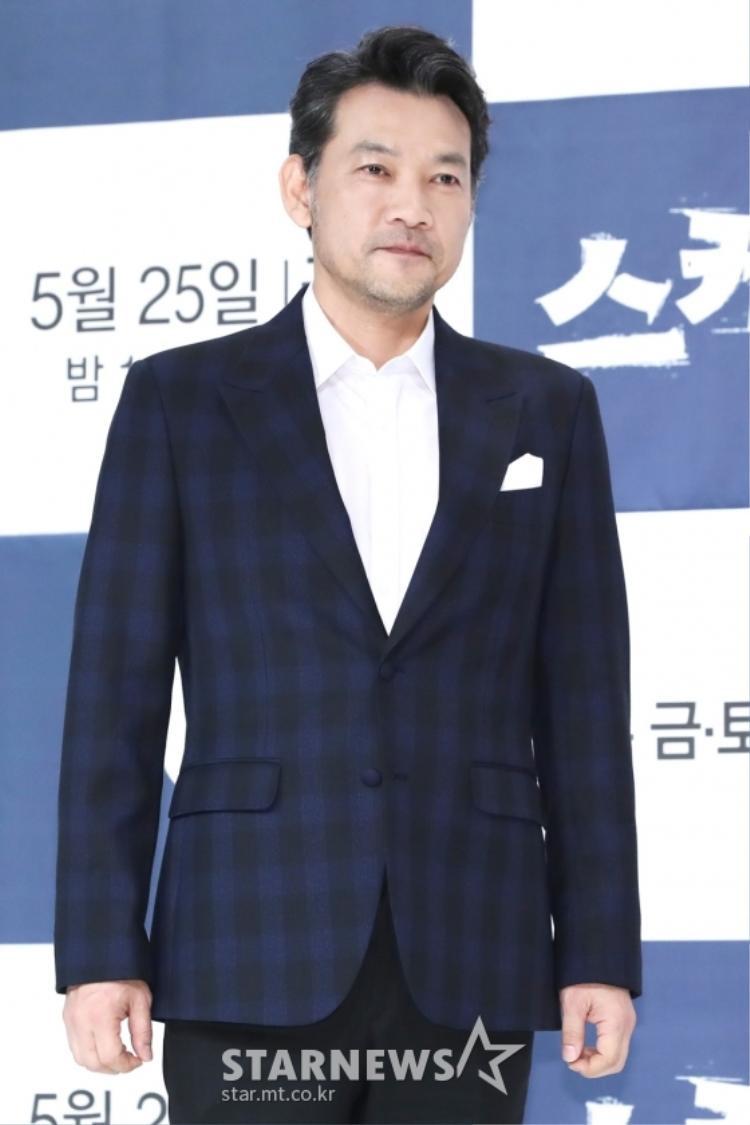 Diễn viên gạo cội Jung Jin Young thể hiện thần thái của một quý ông ngoài 50.
