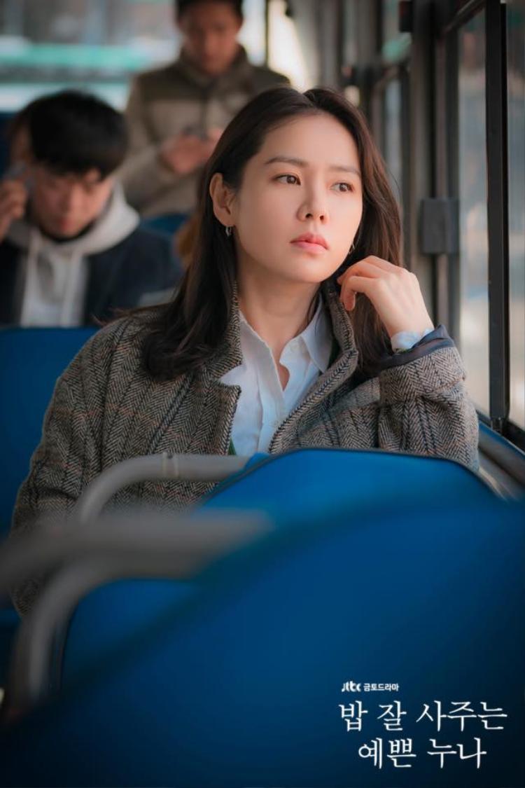 """Ngay cả Uee cũng phải """"gục ngã"""" trước sức hút của """"chị đẹp"""" Son Ye Jin."""