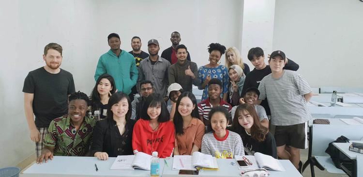 Linh Kett (hàng đầu, bên phải) cùng những người bạn du học sinh
