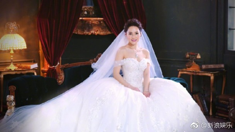 Chung Hân Đồng rạng rỡ trong trang phục cô dâu, hôn lễ diễn ra vào ngày hôm nay (25/5) tại Los Angeles