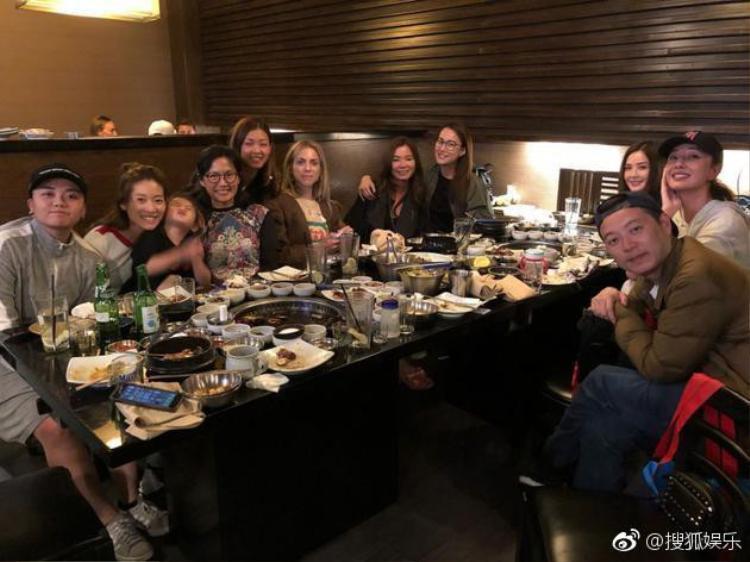 Người thân, bạn bè cũng đã có mặt tại Los Angeles để tham dự ngày vui của Chung Hân Đồng.