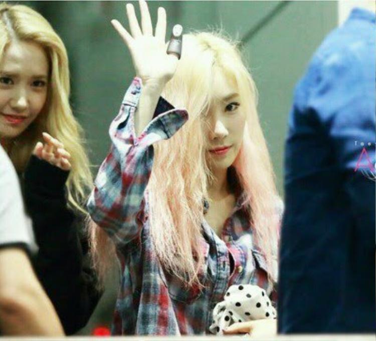 """Taeyeon với mái tóc xơ xác. """"Kid leader"""" của SNSD lúc nào cũng tươi trẻ, rạng ngời, nhưng mái tóc thì đã """"lão hóa"""" thế này đây."""