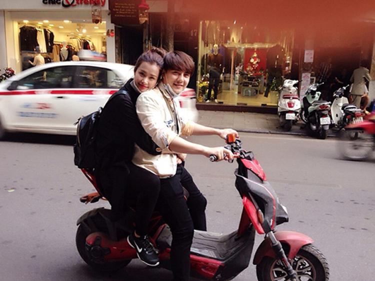 Đông Nhi - Ông Cao Thắng cũng từng sử dụng xe đạp điện để đi chơi như các bạn trẻ hiện nay.