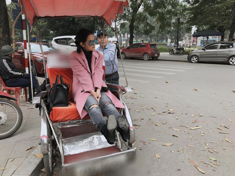 Là phu nhân của CEO công ty giải trí có tiếng trong V-biz, sở hữu gia tài đồ sộ nhưng Phạm Quỳnh Anh cũng thích đi dạo bằng xích lô như khách du lịch.
