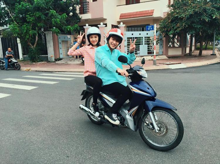 Bê Trần thích thú đèo Emily đi chơi bằng xe máy.