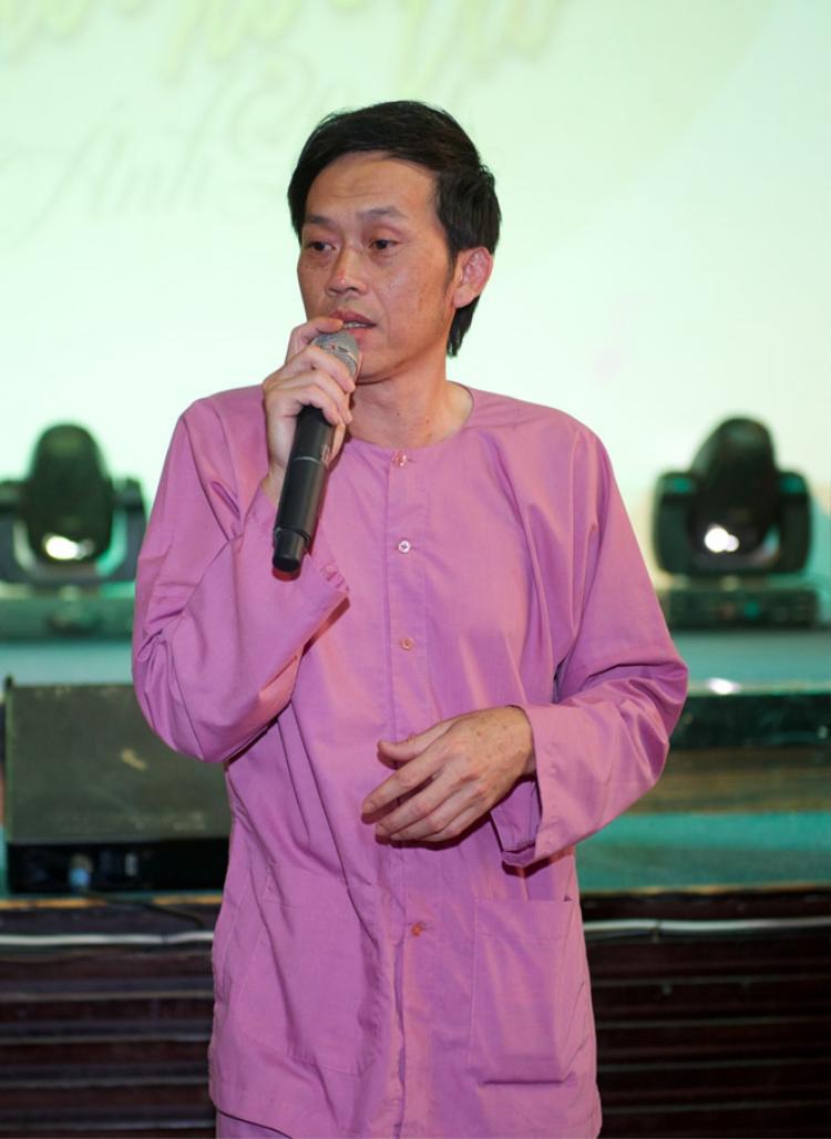 Hoài Linh giản dị với áo bà ba mà không cần hàng hiệu.