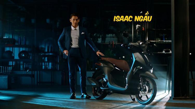 """Isaac """"phục thù"""" bằng việc chọn xe tay ga Janus Boys đen nhám, thay đổi phong cách, lập tức """"siêu ngố"""" đã thành """"siêu ngầu""""."""