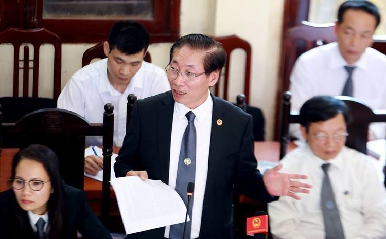 Luật sư Nguyễn Văn Chiến trình bày quan điểm bào chữa cho bị cáo Lương.