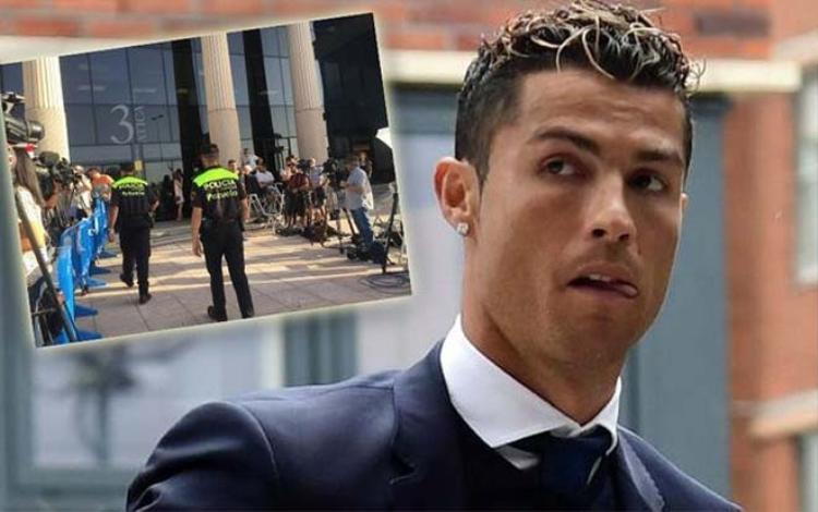 C.Ronaldo bị bao vây bởi hàng loạt cảnh sát có súng