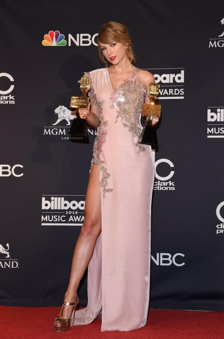 Bị nhắc nhở tại BBMAs 2018: Lần sau có cổ vũ thì cũng nên nhìn trước ngó sau, Taylor nhé!