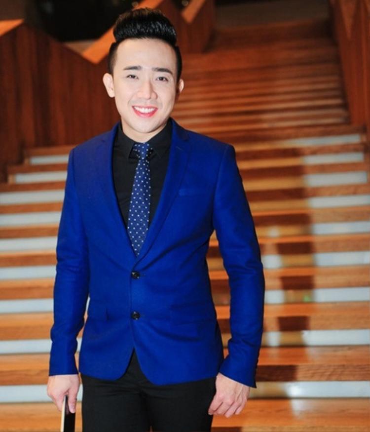 Trấn Thành là một trong những nam nghệ sĩ đầu tiên ở showbiz Việt sử dụng son phấn để làm đẹp khi dự sự kiện. Sở thích của nam MC này là các màu son tone hồng.