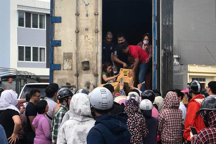 Các thùng sầu được chuyến đến tay người mua (ảnh B.Hân)