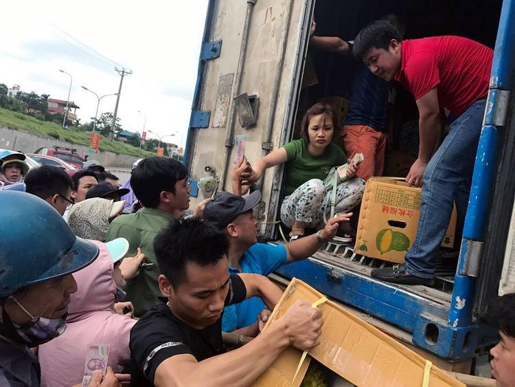 Nhiều người chen lấn, xô đẩy nhau để mua sầu riêng (ảnh B.Hân)