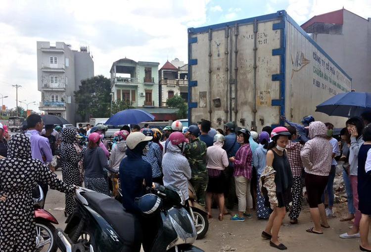 Người Hà Nội chờ mở container sầu riêng để mua hàng ủng hộ. Lúc này đã rất đông người tìm đến mua dù trời nắng 37 độ C (ảnh Q.Hiệp)
