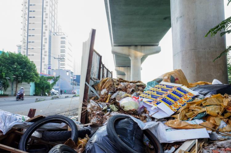 Có biển cấm đổ rác nhưng rác thải vẫn tràn lan quanh các trụ metro.
