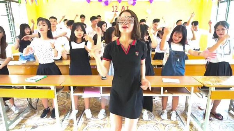Vì thực hiện những điệu múa thường thấy tại bar, vũ trường ngay trong lớp học