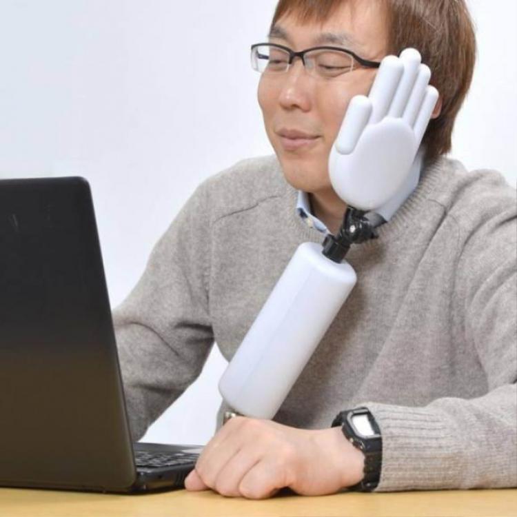 Đến mức thiết kế cả tay chống cằm dùm thì quả thật phải khâm phục người Nhật. Ý tưởng này được thực hiện nhằm giúp khuôn mặt của những nhân viên văn phòng có điểm tựa mỗi khi ngủ gục, tránh được tình trạng đầu đập xuống bàn…