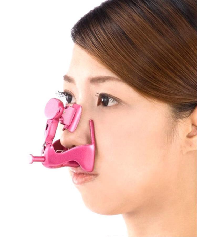 Nếu bạn đang tìm kiếm một cách để thay đổi hình dáng chiếc mũi mà không cần phẫu thuật thẩm mỹ, hãy thử dụng cụ này. Các nhà sản xuất cho rằng đeo thiết bị này trong vài phút mỗi ngày sẽ giúp bạn mũi bạn cao và gọn hơn.